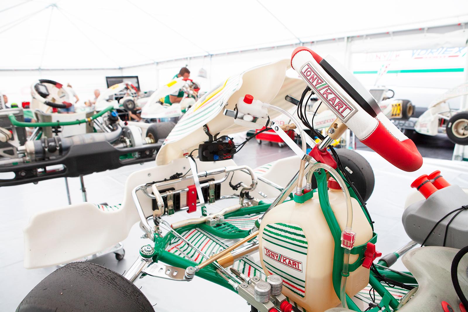 amo_racing_team_namiot_serwisowy_tlo